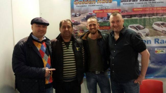 La standul lui Rui Emidio – proprietarul Derby Algarve , Portugal . In acest sezon Team Florea va trimite un lot de 30 de pui in cadrul acestui columbodrom . Sjaak Buwalda este agentul pe Olanda al columbodromului (Expo Houten )