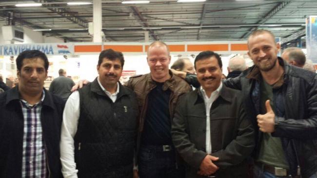 Impreuna cu columbofili din Kuweit si Raymond Meoveld .Al doilea columbofil de la stanga la dreapta este cel unul dintre cei mai puternici investitori in porumbei din Kuweit (Expo Houten)