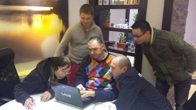 Yong si Jian Lin , le prezinta in detaliu rezultatele lor columbofile din 2013 invitatilor : Nikolaas Gyselbrecht , Florea Sorin si Hugo Batenburg